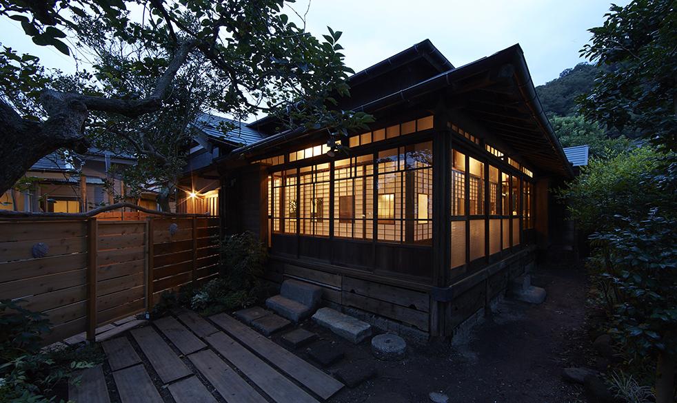 葉山の一棟貸し旅館「港の明かり」日没後の外観
